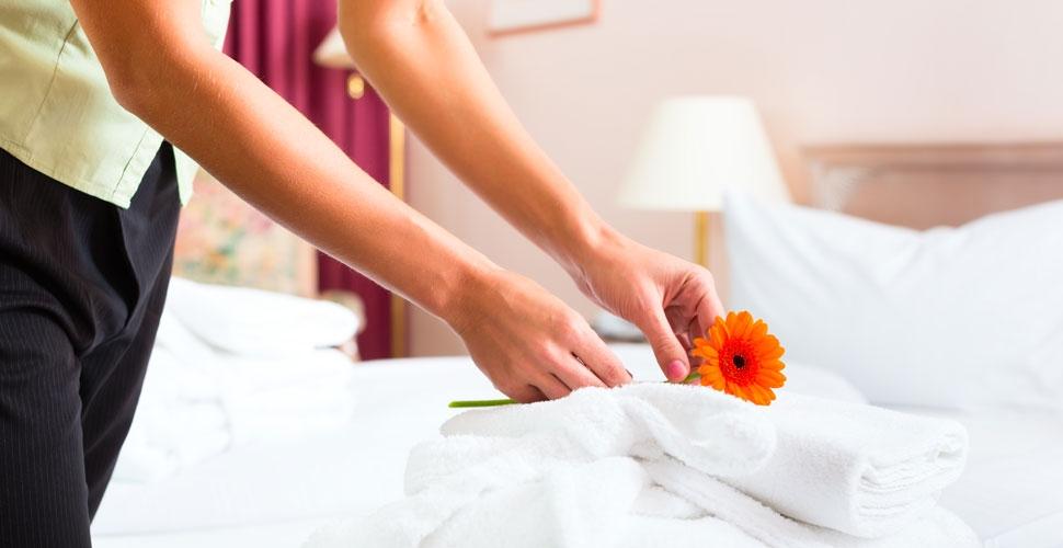 Dezynfekcja pościeli i ręczników w hotelach i spa – po co to robić?